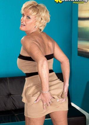Зрелая белокурая проститутка занимается еблей в два ствола сразу - фото 4