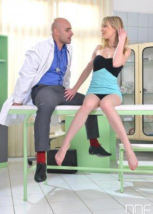 Медбрат в белом халате помог раслабиться худенькой блондинке в трусиках - фото 2