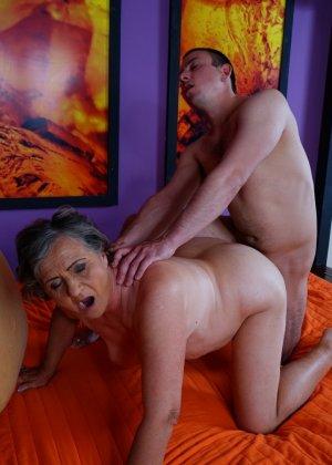 Женщина в почтенном возрасте соблазняет молодого мужчину и он устраивает ей хорошую еблю - фото 15