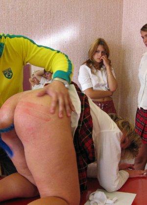 Русских студенток прямо в университете наказывают, шлепая по жопе - фото 4