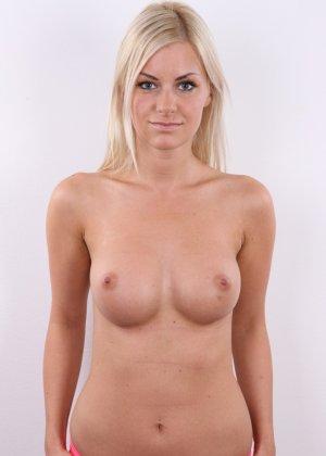 Блондинка с красивой пиздой показала свои достоинства на публику - фото 8