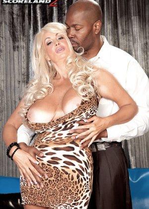 Бриттани О'Нейл - роскошная блондинка, которая быстро соблазняет шоколадного мужчину - фото 6