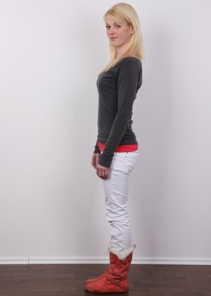 На чешском кастинге блондинка слушает все команды фотографа и раздевается - фото 4
