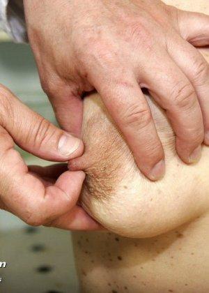 Женщина с волосатой пиздой раздвигает ноги перед мужчиной-гинекологом и показывает ему всё - фото 5