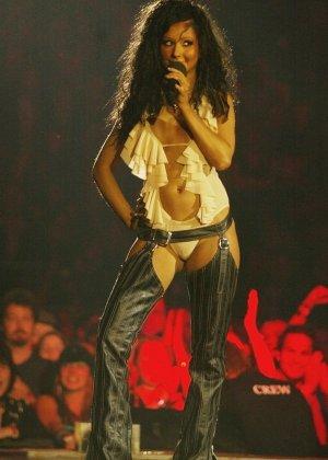 Подборка фото знаменитостей которые выступают без нижнего белья - фото 6