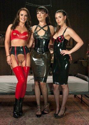 Три лесбиянки занимаются анальным фистингом, телки вставляют две руки в зад своей подруги - фото 3