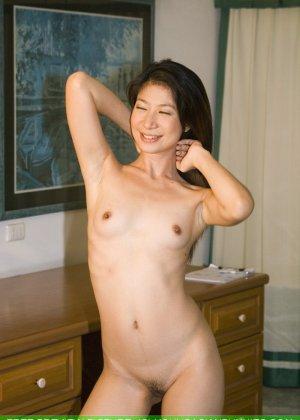 Худенькая красотка с интимной стрижкой в голом виде позирует на камеру - фото 16