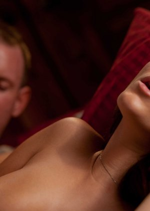 Пышногрудая чужая жена приигласила к себе домой любовника и трахается с ним - фото 10