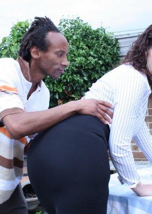 Зрелая темпераментная женщина соблазняет темнокожего мужчину и позволяет себя трогать - фото 7
