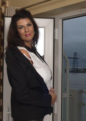 Зрелая британская красотка показывает свое шикарное тело, одевшись в сексуальное белье - фото 6