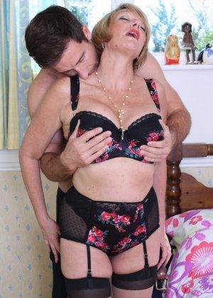 Молодой мужчина ощупывает зрелую даму везде, а что происходит между ними дальше – никто не увидит - фото 11