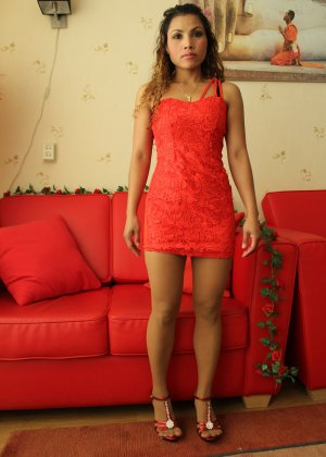 Прекрасная девушка в красивом коротеньком платье красного цвета - фото 12