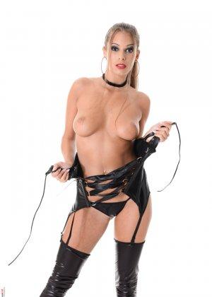 Блондинка Лия Тейлор снимет свой кожаный корсет, под ним прячется не только бархатное тело, но и аккуратные розовые соски - фото 6