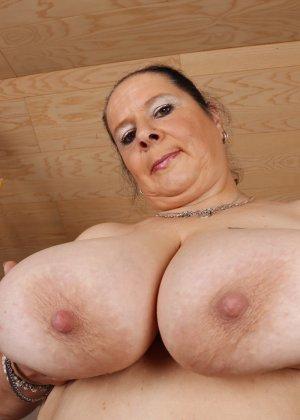 Зрелая леди с большой грудью соблазняет своих преданных поклонников - фото 7