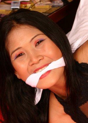 Мичико - азиатская красотка, которая показывает себя в связанном виде, она ничего не может сделать - фото 3