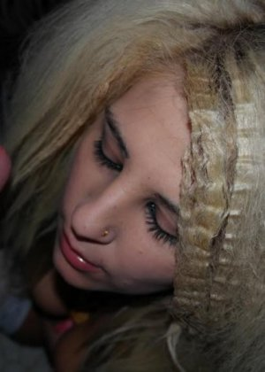Любительская порнуха от блондинки, которая любит сосать пенис своего парня в укромном месте и сглатывать сперму - фото 2