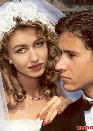 Довольную невесту делят между собой два мужчины, давая ей понять кайф двойного проникновения - фото 2
