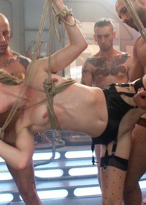 Голодная телка берет в рот у троих мужчин и глотает всю сперму - фото 11