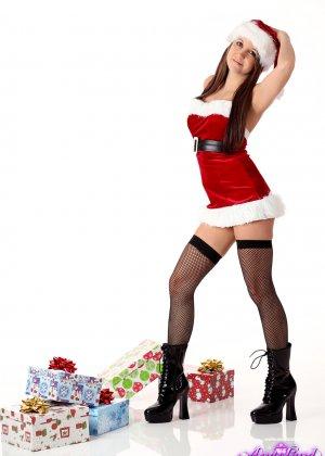 Энди Пинк в новогоднем образе показывает свое сексуальное тело и балуется с вибратором - фото 3