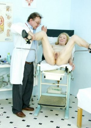 Женщина приходит к врачу, чтобы позволить осмотреть себя с ног до головы – ей это даже нравится - фото 14