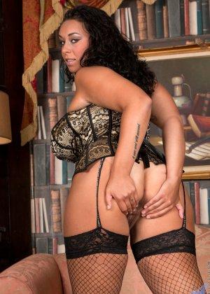 Сисястой Анилос захотелось порадовать мужа классным стриптизом, она знает, как он реагирует на эротическое белье - фото 10- фото 10- фото 10
