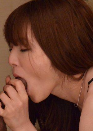 Зрелая японская женщина занимается сексом в черных чулках - фото 14