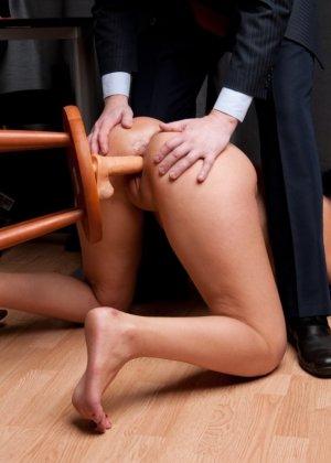 Два зрелых парня издеваются над красоткой суя ей в пизду секс игрушки - фото 6