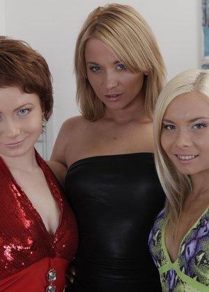 Три русских лесбиянки занялись первый раз фистингом и получают оргазм - фото 2