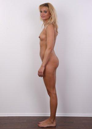 Девка с большими сосками на сиськах соблазняет фотографа своим телом - фото 9
