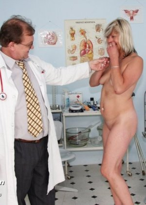 Женщина с удовольствием раздвигает ноги перед опытным гинекологом и даже получает удовольствие от осмотра - фото 2
