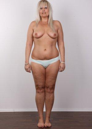 Блондинистая зрелая дамочка с пышными формами позволяет наблюдать за собой, показывая все части тела - фото 6