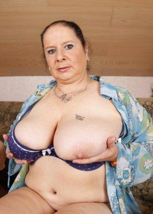 Зрелая леди с большой грудью соблазняет своих преданных поклонников - фото 14