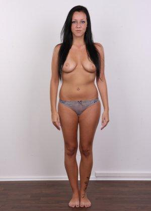 Девушка с весящими дойками улыбается голая на камеру в офисе - фото 6