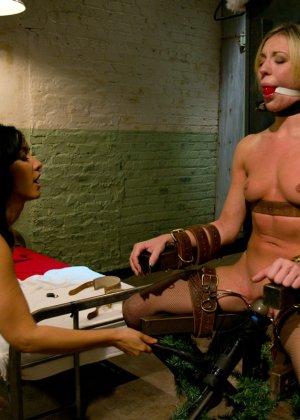 Красивая медсестра договорилась о встрече с подругой, а та связала ее и трахнула страпоном - фото 4