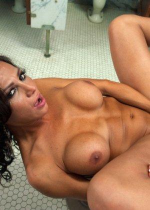 Парнишка с удовольствием принимает пенис грудастой девушки - фото 9