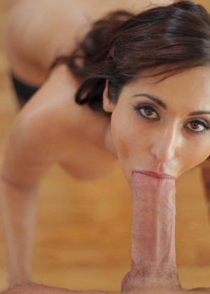Сексуальная красотка с большими буферами подставляет свое роскошное тело для хорошей ебли - фото 9