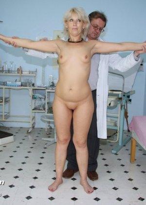 Романа приходит к гинекологу и полностью доверяется его опыту, а он пользуется этим и рассматривает ее всю - фото 6