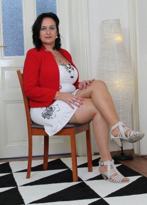 Зрелая женщина показывает свое пышное тело, а затем принимается облизывать искусственный фаллос - фото 7