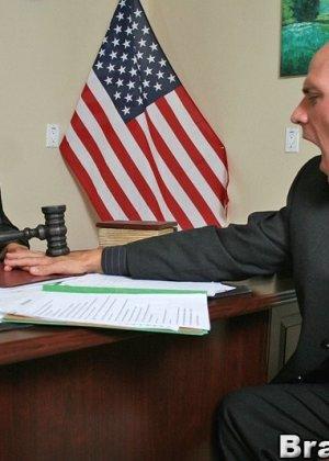 Темноволосая судья с огромными силиконовыми сиськами сосет хуй лысому адвокату, а затем позволяет себя выебать - фото 6