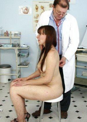 Женщина с волосатой пиздой раздвигает ноги перед мужчиной-гинекологом и показывает ему всё - фото 6