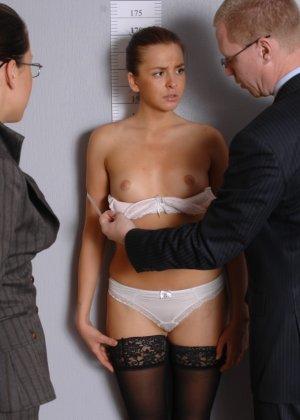 Девушка оказывается в обществе развратной парочки, которая жаждет посмотреть на все ее достоинства - фото 1