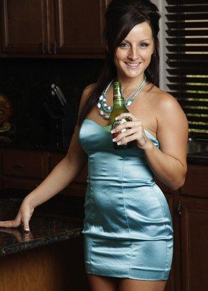 Мелисса Метьюс показывает, как она облизывает бутылочку и вставляет ее в свою пизденку - фото 8