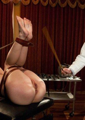 Рисковая дамочка разрешает испытывать свое тело на прочность с помощью некоторых предметов - фото 22