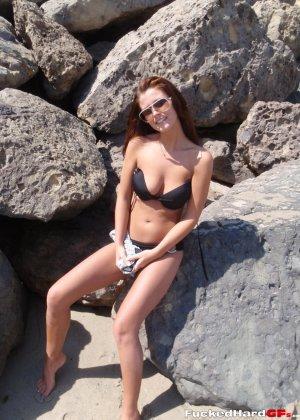 Сексуальная красотка гордится своим телом и готова показывать его абсолютно всем перед камерой - фото 4