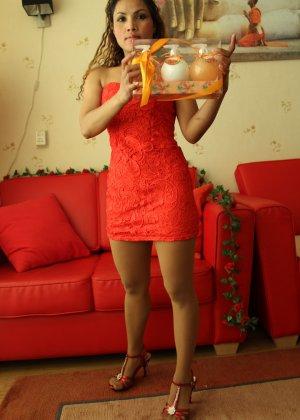 Прекрасная девушка в красивом коротеньком платье красного цвета - фото 7