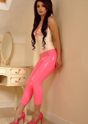 Брюнетка в розовых лосинах притвориться собачкой, она встанет на колени и покажет свою аппетитную попу - фото 5