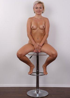 Блондинка на порно кастинге снимает все белье и оголит свои аккуратные сексуальные соски - фото 17