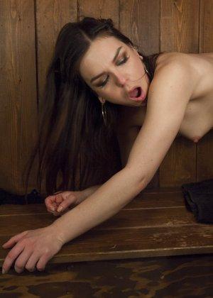 Одна из девушек оказывается трансом, поэтому она может доставить особенное удовольствие партнерше - фото 5