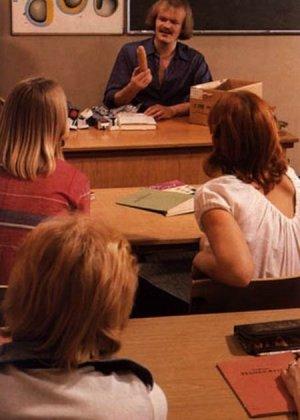 Учитель оказывается первым мужчиной для своих студенток и показывает им свои умения на практике - фото 1