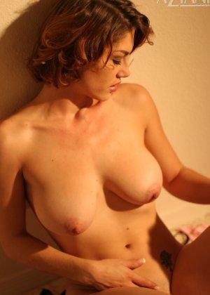 Женщина обладает особым шармом, который она так хорошо передает через свои откровенные фото - фото 1